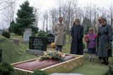 PEO ACT SUM  ON  LDL1000319DMOURNERS AT GRAVESITEBARRIE                                04                   © DIANE LACKIE                   ALL RIGHTS RESERVEDACTIVITIES;BARRIE;CASKETS;CEMETERIES;CENTRAL;COFFINS;DEATH;FAMILIES;FLOWERS;FUNERALS;GRAVEYARDS;MOURNERS;ON_;ONTARIO;OUTDOORS;PEOPLE;SPRINGLONE PINE PHOTO              (306) 683-0889